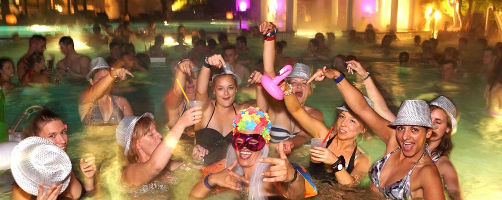 Feiert mit Freunden im Wasser